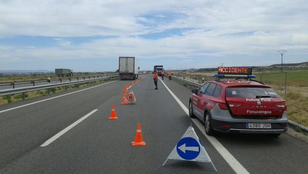 Un camión atraviesa la mediana de la A68 y circula 100 metros en dirección contraria
