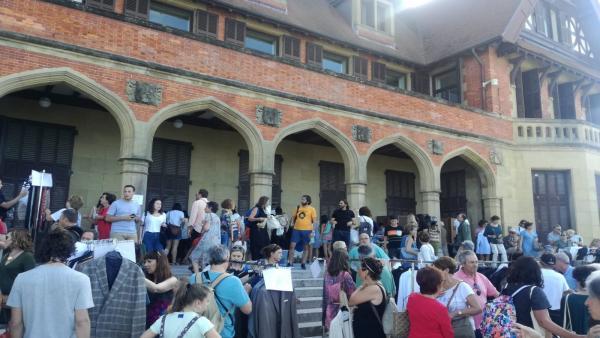 Mercadillo solidario de atrezzo de la película de Woody Allen en San Sebastián