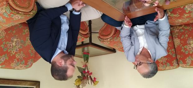 Juan Lozano en la reunión con el alcalde de Castellar de la Frontera