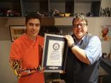 El editor jefe del Guinness World Records, Craig Glenday, entrega el certificado de reconocimiento al joven David Aguilar.