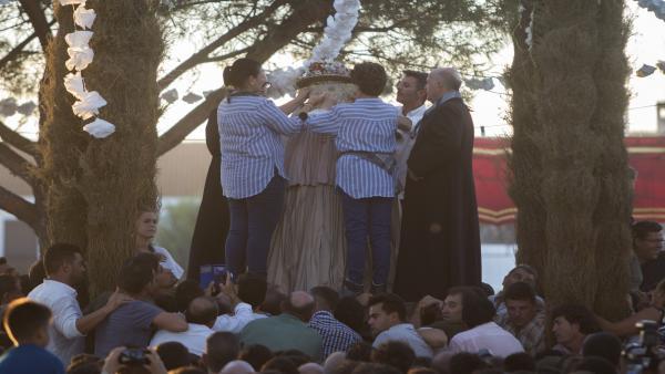 Tapan el rostro a la Virgen del Rocío con el pañito y le ponen el guardapolvo antes de iniciar su camino a Almonte.
