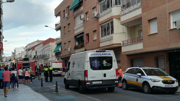 Bomberos y medios sanitarios en la atención de un incendio en la calle Pedro María Plano de Mérida