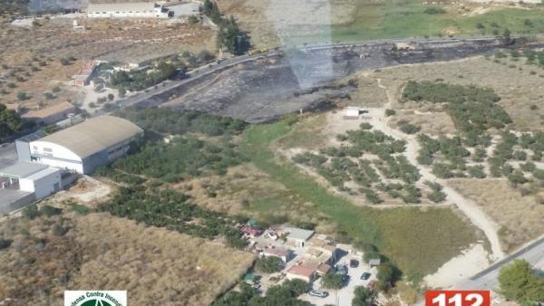 Bomberos controlan un incendio de matorral declarado en una rambla en la antigua carretera de entrada a Cieza
