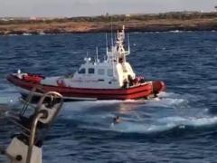 Un migrante del Open Arms se lanza al agua