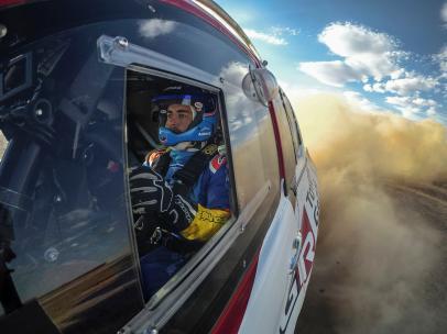 Fernando Alonso piltota el coche del Dakar