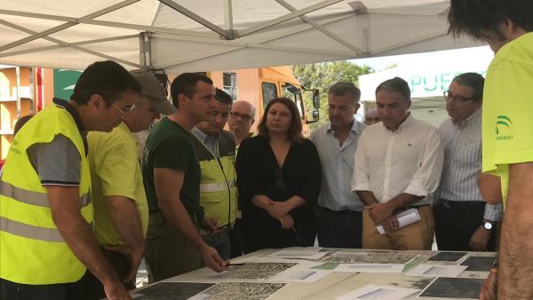 Elías Bendodo, Carmen Crespo, José María García Urbano, Francisco Slado y Antonio Sanz atentos a las explicaciones sobre la evolución del incendio forestal en Estepona (Málaga).