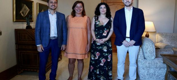 La presidenta del Govern, Francina Armengol, con los representantes de la empresa Atmosphere & Smart Division.