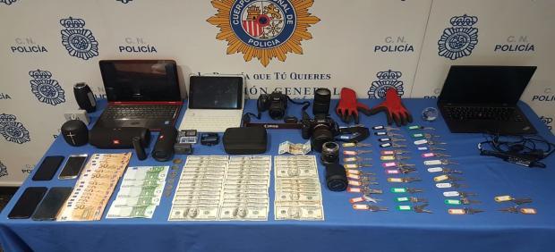 Los objetos robados, el dinero y las llaves duplicadas intervenidas por la Policía Nacional