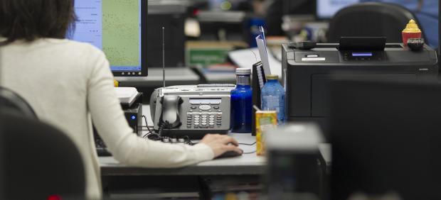 Una mujer trabajando en una oficina.