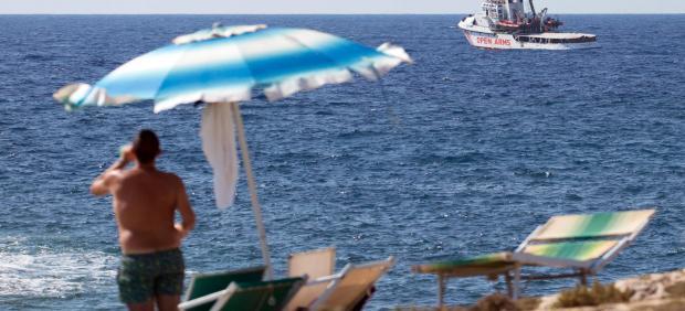 El barco español Open Arms, frente a la costa de la isla italiana de Lampedusa.