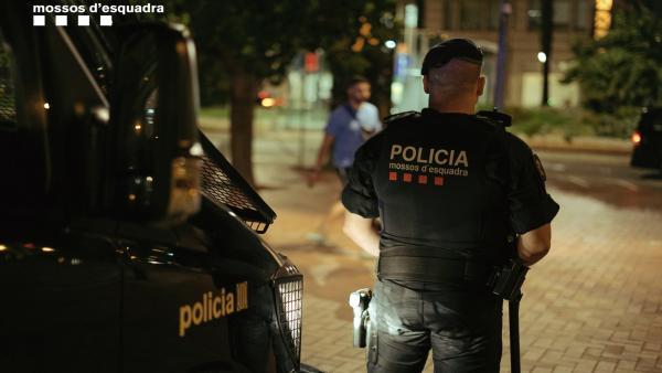 Agente de los Mossos d'Esquadra realizando tareas de vigilancia en Barcelona.