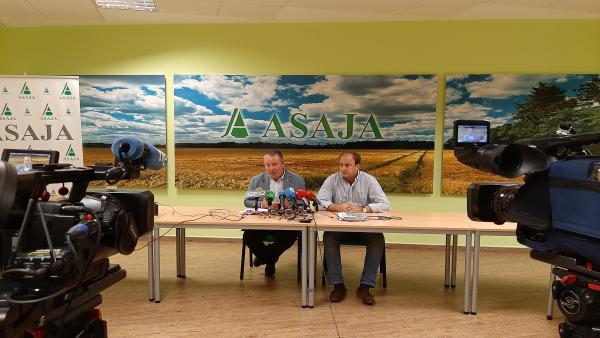 Los presidentes de Asaja en CyL y Ávila, Donaciano Dujo (izda) y Joaquín Antonio Pino (dcha) respectivamente, alertan del efecto de la sequía.