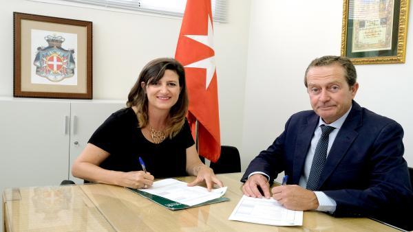 La responsable de Solidaridad Social y Educación de la Fundación Unicaja, Ana Cabrera, y el delegado 'ad interim' en Andalucía de la Orden de Malta España, Miguel Enrile y Osuna