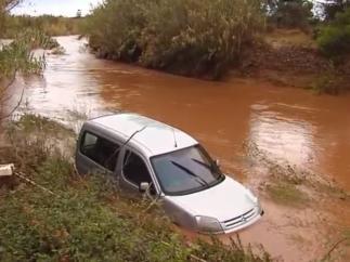 Coche atrapado por las inundaciones