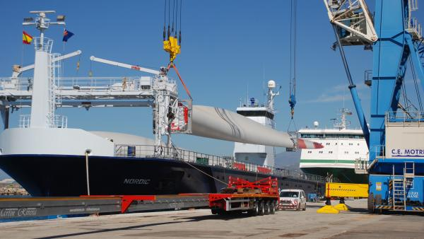 Granada.-Puertos.-Primer embarque por Motril de palas para aerogeneradores de mayores dimensiones fabricadas en España