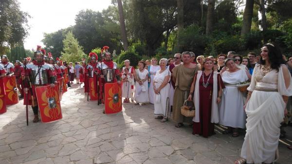 Personas con atuendo romano en Itálica