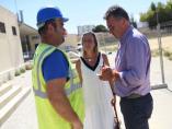 Visita de Isabel Albás y Manuel Torrejimeno a las obras del campo de fútbol de la calle Marbella
