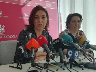 Isabel Ambrosio junto a la también edil del PSOE Alicia Moya