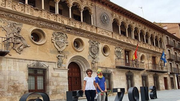 La concejala de Festejos del Ayuntamiento de Tarazona, Eva Calvo, y el Cipotegato 2019, este martes, 20 de agosto, en la presentación del programa de las Fiestas Generales de la localidad.