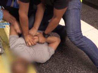 Imagen del detenido por grabar con cámara oculta las partes íntimas de mujeres cuando actuaba en el Metro de Madrid.