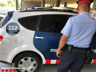Agente y coche de Mossos d'Esquadra