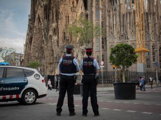 Agentes de seguridad ciudadana de los Mossos d'Esquadra ante la Sagrada Familia de Barcelona, en una imagen de archivo.