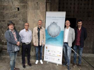El alcalde de Jaca, Juan Manuel Ramón, junto a diferentes representantes políticos y colaboradores del Festival Internacional en el Camino de Santiago durante la presentación este martes del Mercado Medieval de las Tres Culturas.