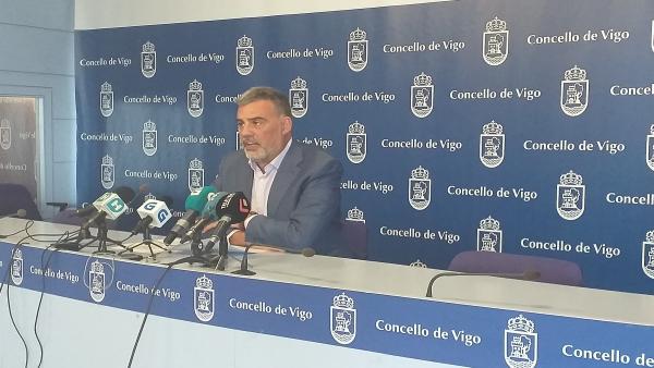 El portavoz del grupo municipal del PP en el Ayuntamiento de Vigo, Alfonso Marnotes, en una rueda de prensa.