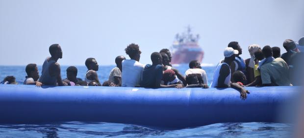 Migrantes rescatados por Médicos Sin Fronteras frente a Libia