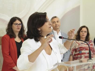 La candidata a la presidencia de La Rioja con el PSOE, Concha Andreu, durante su intervención en la rueda de prensa tras la firma del acuerdo de gobernabilidad entre su partido, Podemos-Equo e Izquierda Unida, en el Parlamento de La Rioja, junto a la dipu