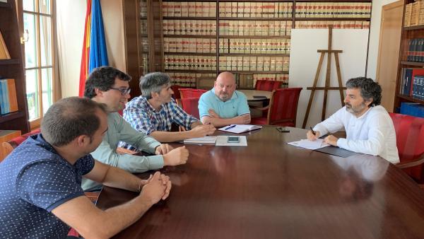 El concejal de Medio Rural, Marcos Fernández; el alcalde de Valdés, Óscar Pérez; los técnicos municipales, Eugencio García y Guilermo Rodríguez, y el consejero de Desarrollo Rural, Agroganadería y Pesca, Alejandro Calvo.