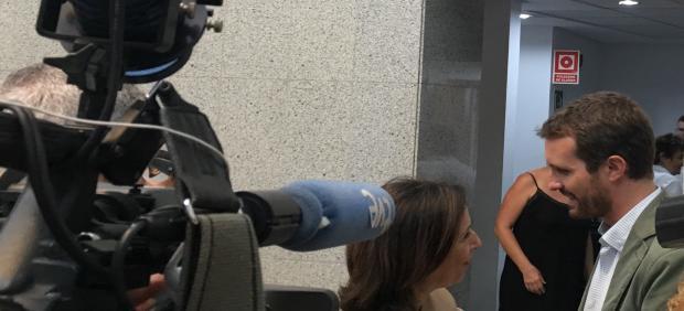 La ministra de Defensa en funciones, Margarita Robles, saludo al presidente del PP, Pablo Casado, en la sede de Presidencia del Gobierno de Canarias y le informa de las últimas novedades sobre el incendio de Gran Canaria