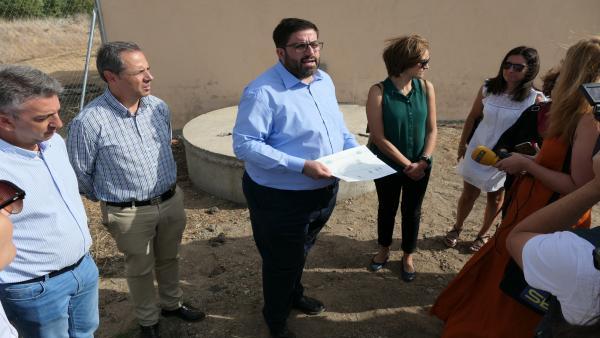 El alcalde de Ávila, Jesús Manuel Sánchez Cabrera, explica las obras de captación de agua.