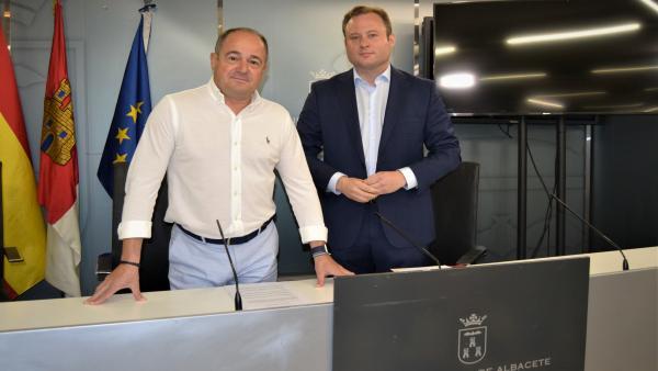 El alcalde de Albacete, Vicente Casañ, y el vicealcalde, Emilio Saez, en rueda de prensa