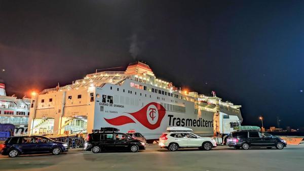 Embarque de pasajeros y vehículos en el Puerto de Almería