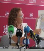 Laura Ruiz con el mapa del casco histórico