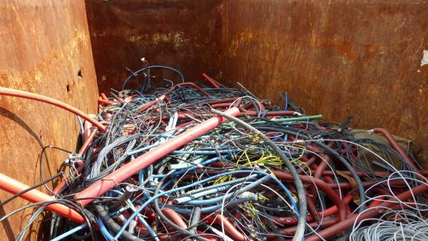 Residuos derivados de trabajos de construcción y mantenimiento de la red eléctrica.