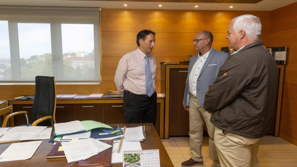 El consejero de Obras Públicas, Ordenación del Territorio y Urbanismo, José Luis Gochicoa, se reúne con el alcalde de Arredondo, Leoncio Carrascal
