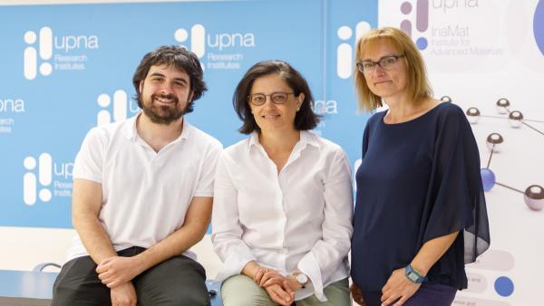 De Izq. A Dcha.: Fernando Bimbela Serrano, Cristina Gómez Polo Y Blanca Bujanda Cirauqui Posan En La Sede De Los Institutos De Investigación De La UPNA.