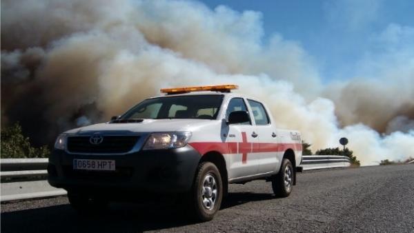 Un coche de Cruz Roja Española del operativo desplegado en el incendio de Gran Canaria