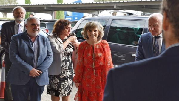 La ministra de Sanidad, Consumo y Bienestar Social en funciones, María Luisa Carcedo (4i)  a su llegada al Puesto de Inspección Fronterizo (PIF), en Valencia.