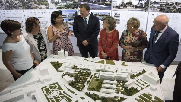 La ministra de Sanidad, Consumo y Bienestar Social en funciones, María Luisa Carcedo (5i) y el presidente de la Generalitat Valenciana, Ximo Puig (4i), durante la visita al Espacio Sanitario Campanar Ernest Lluch, en Valencia.