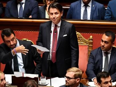 Giuseppe Conti, durante el discurso en que anunció su dimisión, flanqueado por Matteo Salvini (izquierda) y Luigi Di Maio (derecha)