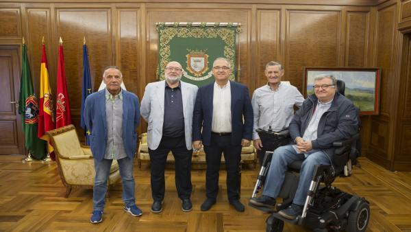 El alcalde de Pamplona, Enrique Maya, con representantes de la Federación Navarra de Pelota Vasca.