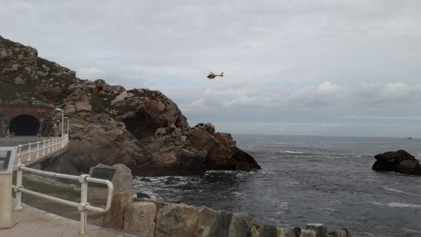 Sucesos.- Se reanuda el rastreo marítimo en Castrillón para localizar a la mujer que cayó al mar