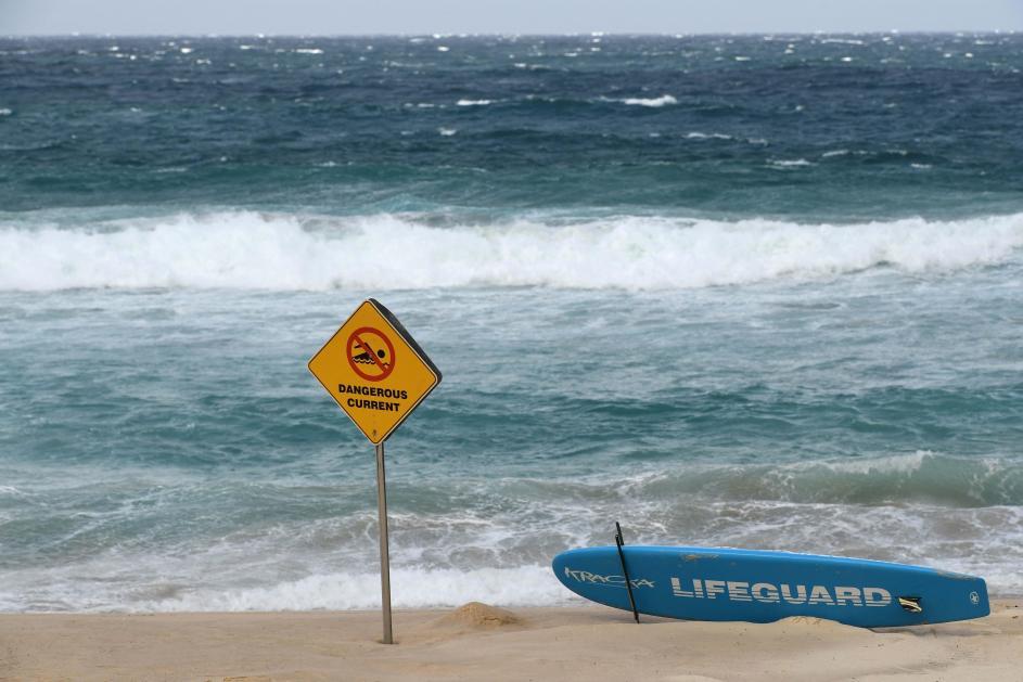 Baño prohibido. Un letrero advierte de fuertes corrientes y resaca en la playa de Bondi, en Sídney (Australia).