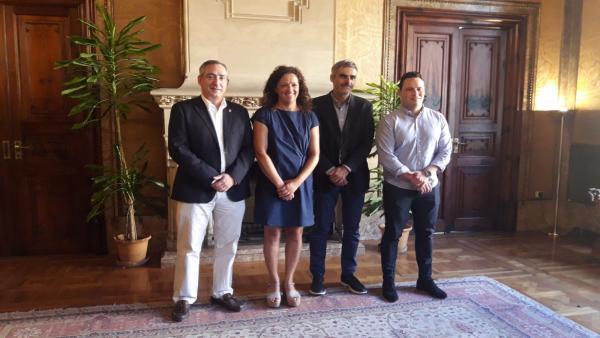 La presidenta del Consell de Mallorca, Catalina Cladera, recibe en audiencia al alcalde de Sóller, Carlos Simarro (primero por la izquierda).