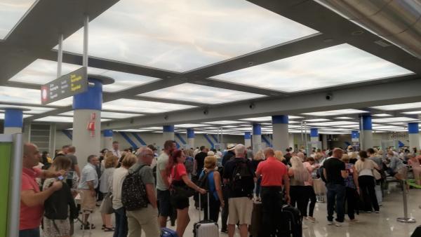 Turistas hacen cola en los controles del aeropuerto de Palma.