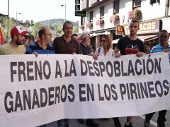 Manifestación de agricultores y ganaderos contra la reintroducción del oso en el Pirineo oscense