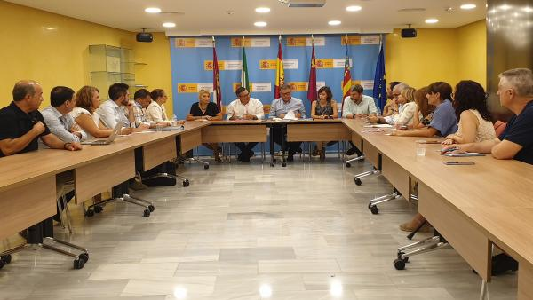 Imagen de la reunión entre Diego Conesa, con el resto de miembros del partido, y el presidente de la CHS,Mario Urrea